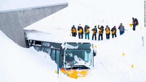 epaselect epa07275740 A bus caught by an avalanche next to Hotel Saentis, with search-and-rescue workers, on the Schwaegalp, Switzerland, in Hundwil, Switzerland, 11 January 2019. According to local police, an avalanche has hit the the hotel